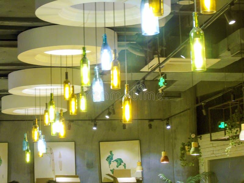 Фотоснимок красочных люстр в баре и ресторане стоковое изображение rf