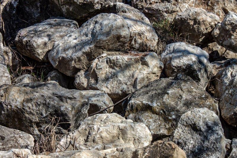 ( фотоснимок куч камня собранных и использованных в построении любого целого или как раздробленная порода стоковое изображение