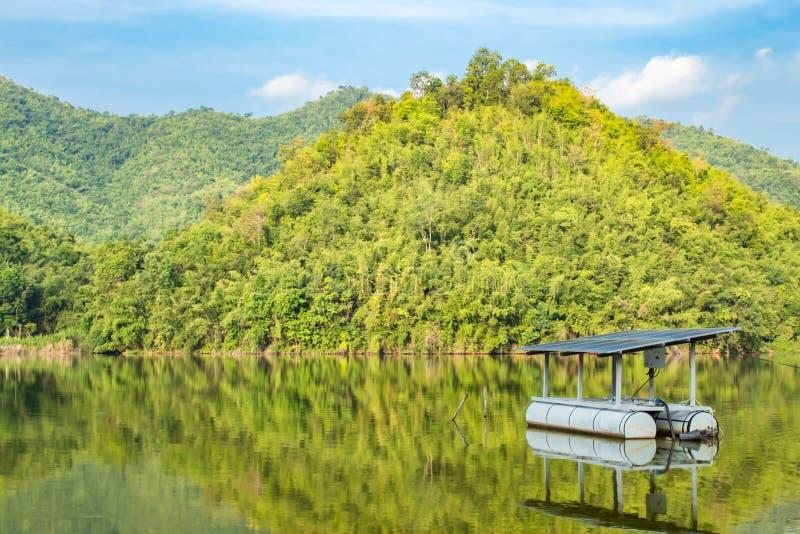 Фотоэлементы плавая в резервуары воды и горные виды стоковое фото rf