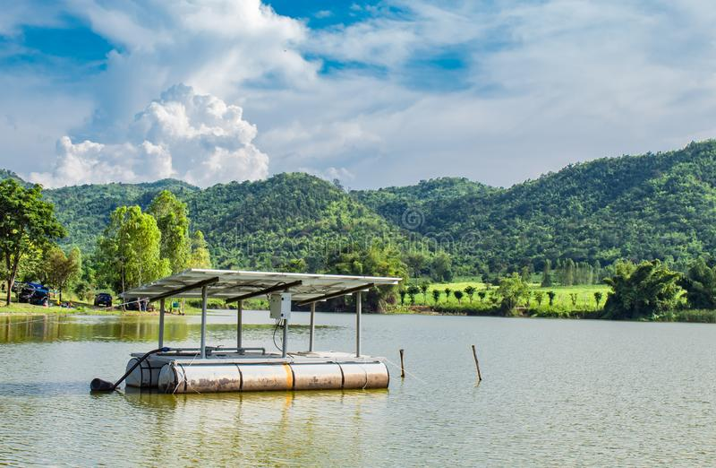 Фотоэлементы плавая в резервуары воды и горные виды стоковое изображение