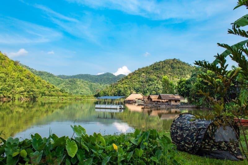Фотоэлементы плавая в резервуары воды и деревянный сплоток стоковое изображение