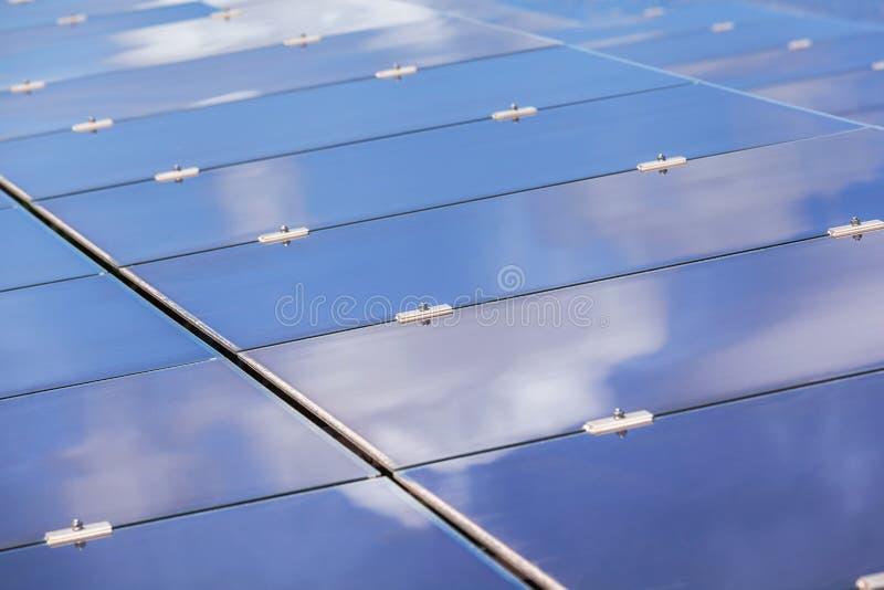 Фотоэлементы тонкого фильма или аморфические фотоэлементы или photovoltaics кремния в электрической станции солнечной энергии стоковые изображения rf