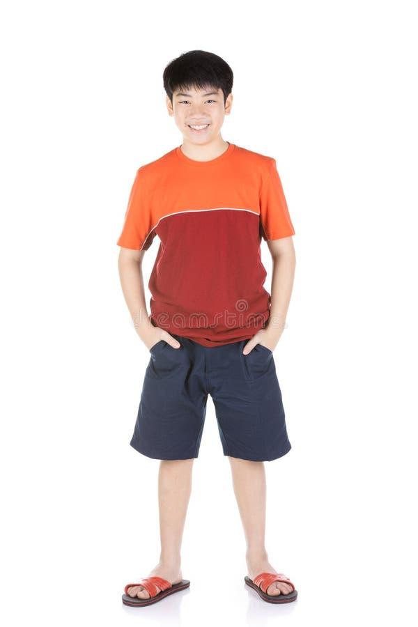 Фото азиатского молодого счастливого мальчика смотря камеру стоковое фото rf
