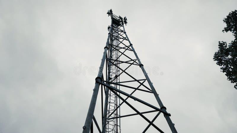 Фото башни мобильного телефона сотового телефона принятое снизу башни стоковое фото rf