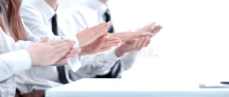 Фото бизнесменов рук аплодируя на конференции стоковая фотография rf