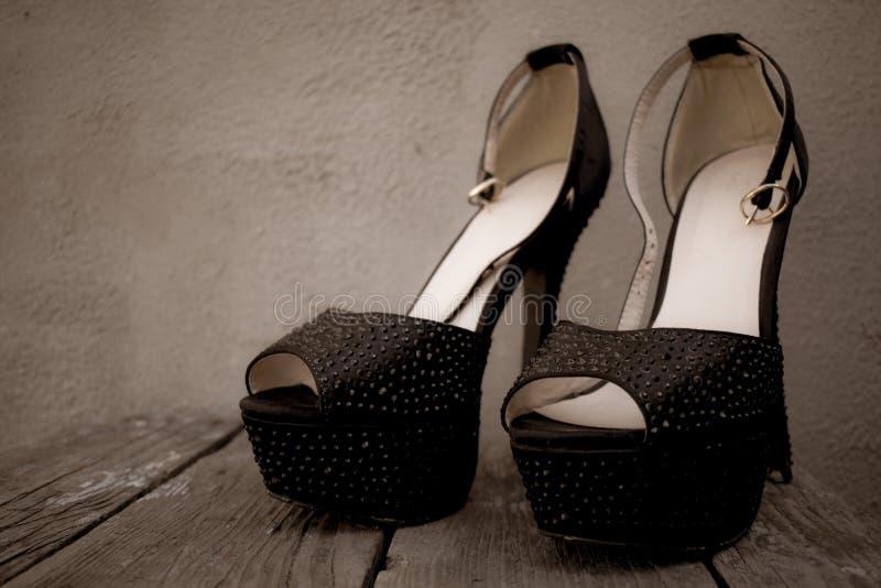 Фото ботинок красивых женщин моды высоко-накренило ботинки стоковые фото