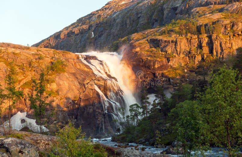 Фото быстрого сногсшибательного водопада в долине Husedalen, Норвегии вид с воздуха взрослые молодые стоковые фотографии rf
