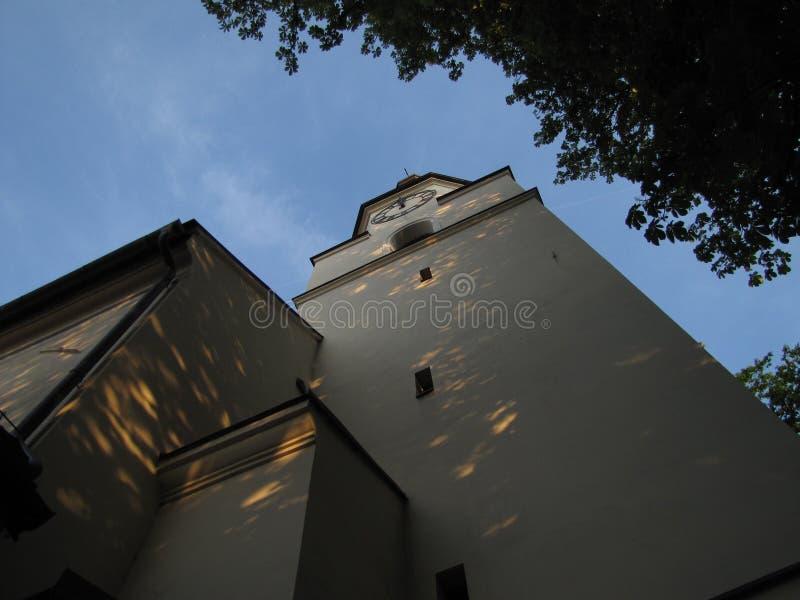 Фото вечера башни церков святой троицы в Novy Jicin (Cze стоковое фото rf