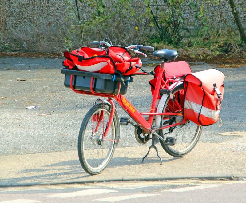Великобританский королевский велосипед доставки почты стоковые изображения rf
