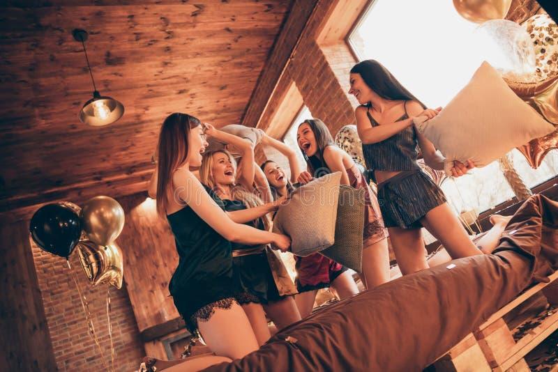 Фото взгляда низкого угла 5 эмоционального имеющ дам смешного особенного события выпускного вечера каникул дня шаловливых ребячес стоковое изображение rf