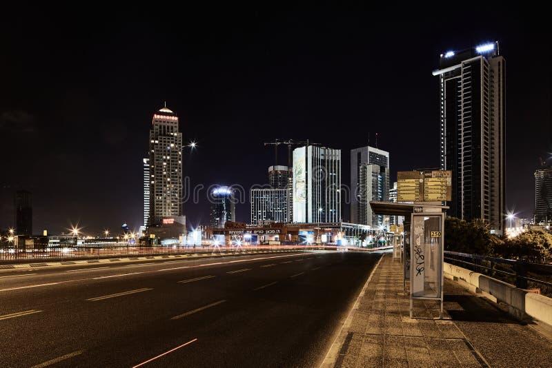 Фото взгляда ночи Тель-Авив дороги Ayalon панорамное стоковые фото