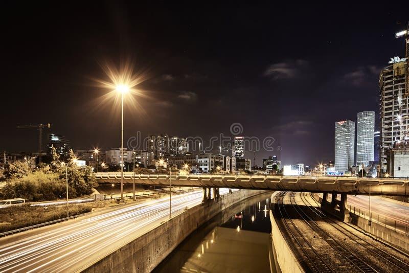 Фото взгляда ночи Тель-Авив дороги Ayalon панорамное стоковая фотография