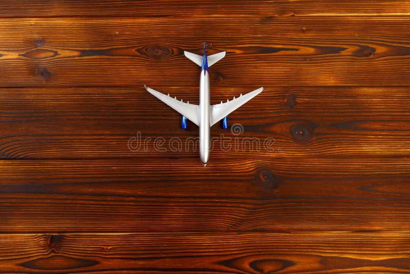 Фото взгляда сверху самолета игрушки над деревянной предпосылкой стоковые фото