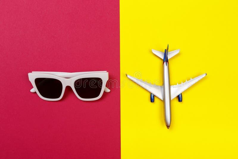 Фото взгляда сверху самолета игрушки над предпосылкой цвета r стоковое изображение