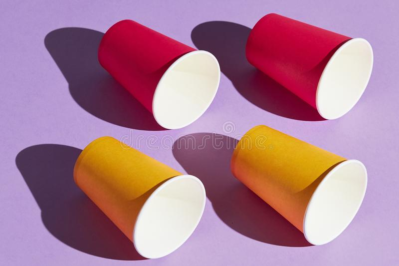 Фото взгляда со стороны, 4 красные и желтые чашки стоковая фотография rf