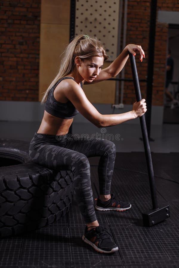 Фото взгляда со стороны sporty сексуальный носить женщины разработки стоковое фото