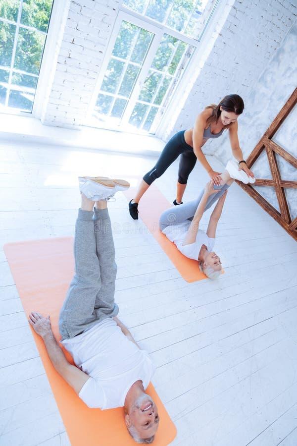 Фото взгляд сверху sporty людей пока тренирующ стоковое изображение