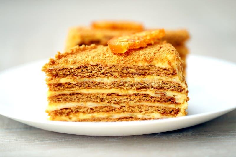 Фото вкусного большого медового торта стоковые изображения