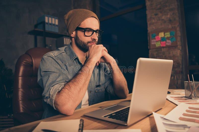 Фото внимательной работы парня на уроке темной тетради дозора времени онлайн нести случайное обмундирование для того чтобы сидеть стоковое изображение