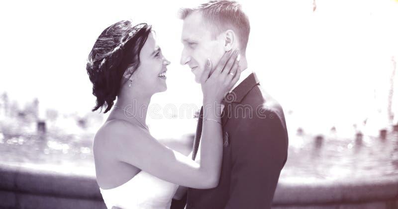 Фото в ретро портрет крупного плана жениха и невеста стоковое фото