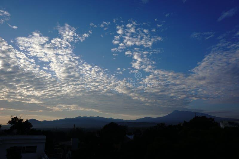 Фото горы в утре стоковые изображения rf