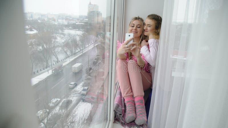 Фото девушек отдыха друзей образа жизни молодости Selfie стоковая фотография rf