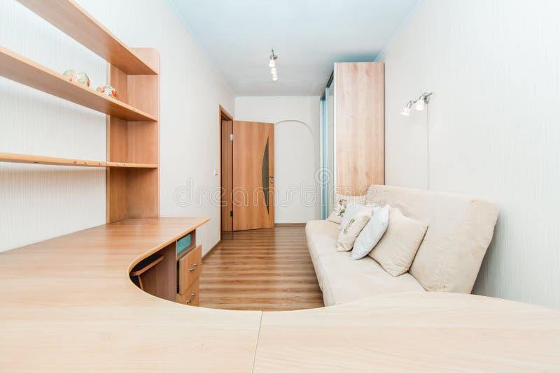 Фото деревянного стола и полки стоковая фотография rf