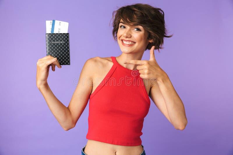 Фото довольной девушки 20s в вскользь носке усмехаясь и радуясь w стоковые изображения
