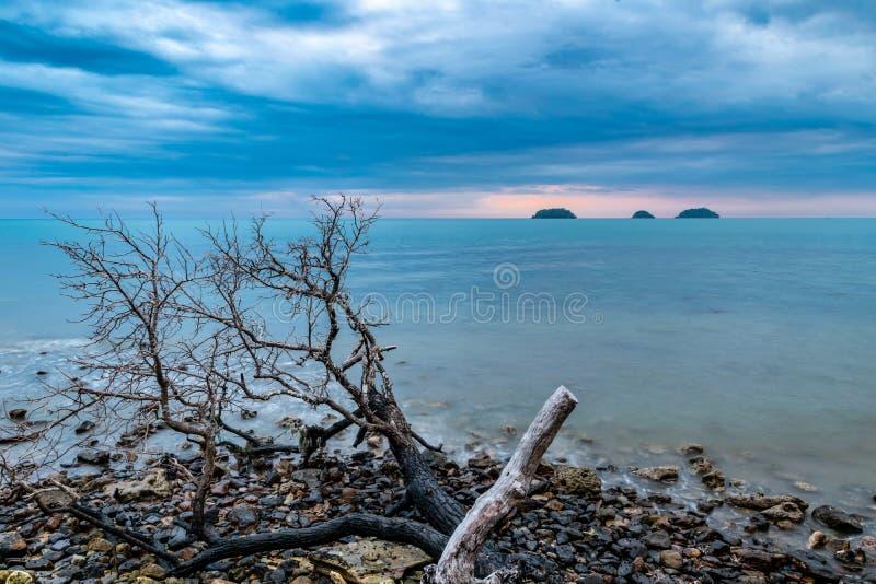 Фото долгой выдержки драматических неба и океана во время часа захода солнца голубого в пляже в Ko Chang, Таиланде стоковые изображения rf
