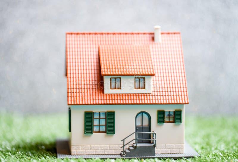 Фото дома игрушки на зеленой траве стоковые фотографии rf