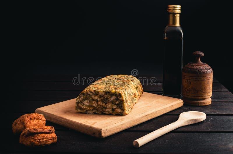 Фото домодельного классического хлеба заполняя с цыпленком и бальзамического на черной предпосылке Загоренный крен цыпленка с печ стоковые изображения