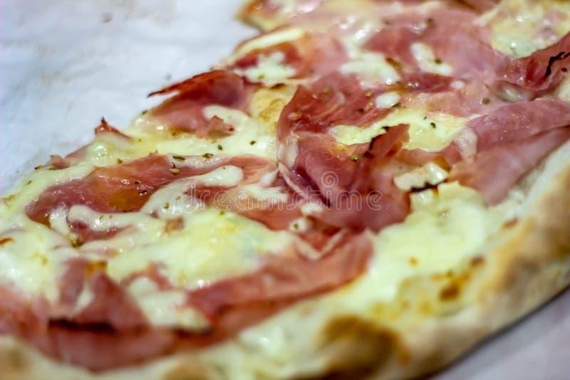 Фото еды деталь пиццы бело-отрезка без томата стоковые фото