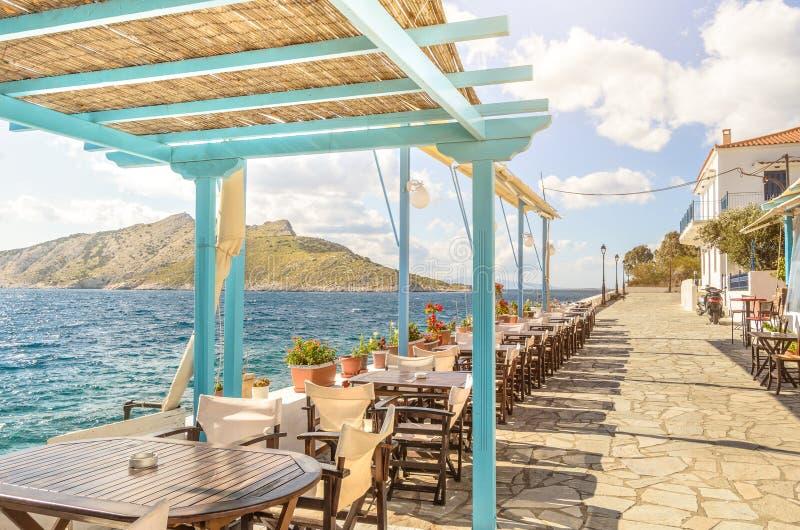 Фото лета с панорамным взглядом от острова Aegina в Греции Красивое место для делать обед на набережной с деревянной крышей стоковая фотография