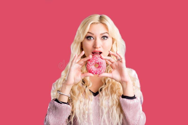 Фото женщины держит сладкий очень вкусный донут стоковое фото