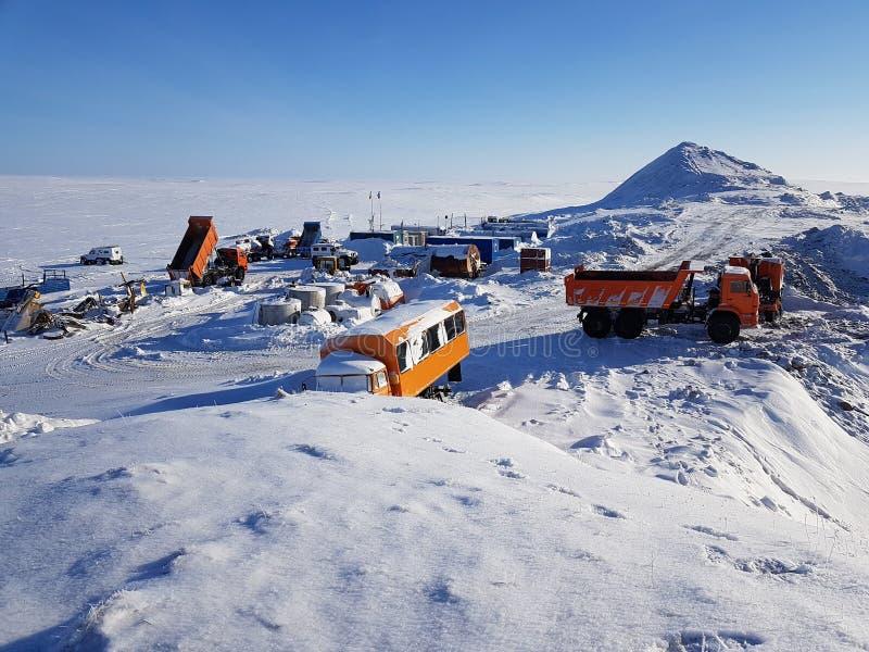 Фото жилого городка на карьере для извлечения песка покрытая Снег тундра, Россия, полуостров Gydansky стоковое изображение rf