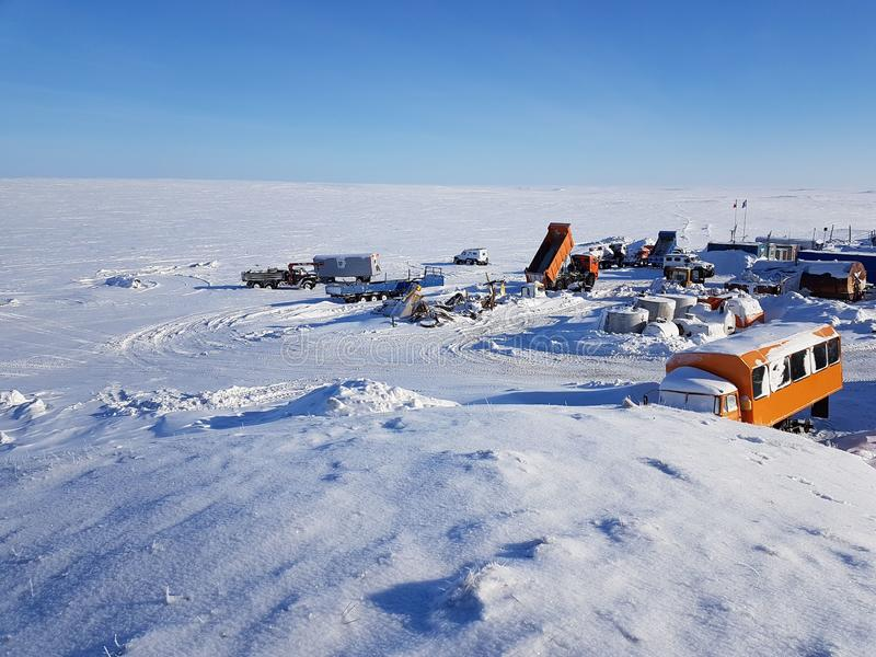 Фото жилого городка на карьере для извлечения песка покрытая Снег тундра, Россия, полуостров Gydansky стоковые изображения