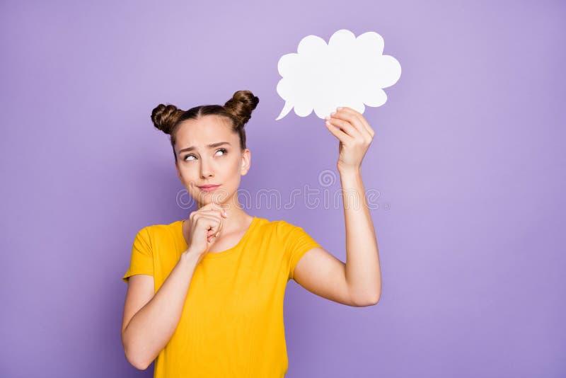Фото забавной красивой леди, держащей бумажное облако мышления над творческим диалог ответ руки подбородок носить желтый t стоковые изображения rf