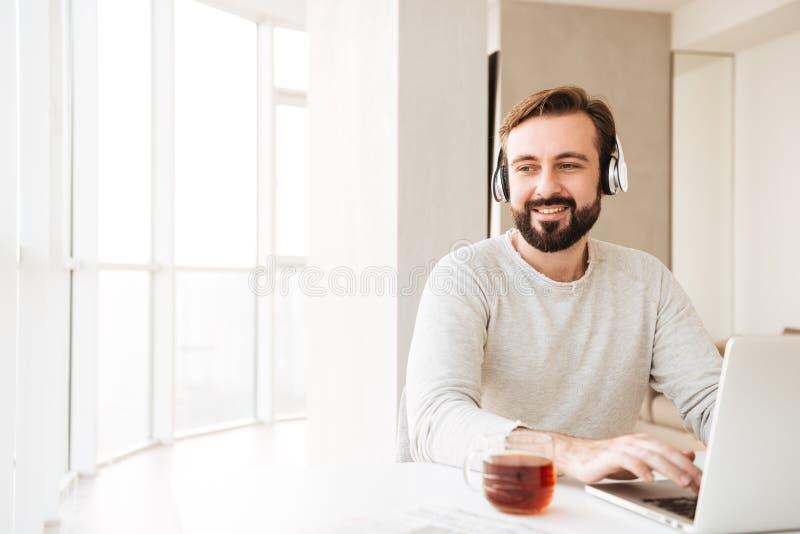 Фото заботливого человека с короткими коричневыми волосами и бородой, listeni стоковое фото