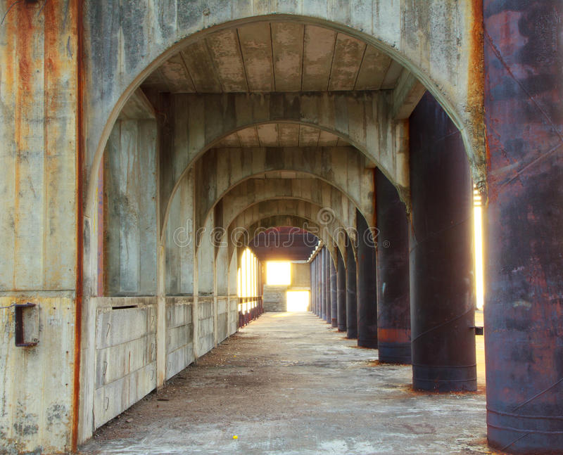 Фото запаса - коридор конкретных штендеров с перспективой dept стоковая фотография