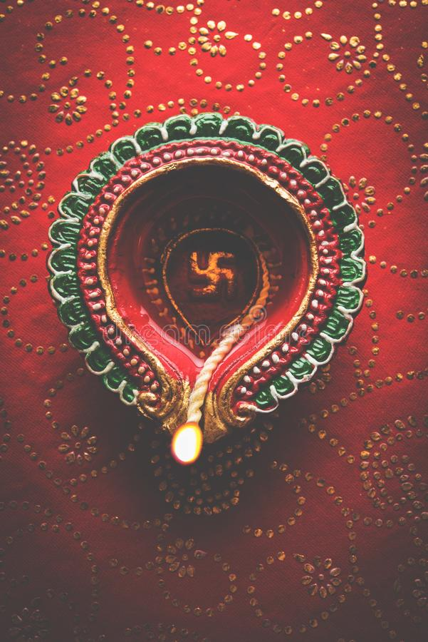 Фото запаса красивого diya diwali, над декоративной предпосылкой, унылым освещением и селективным фокусом стоковые изображения rf