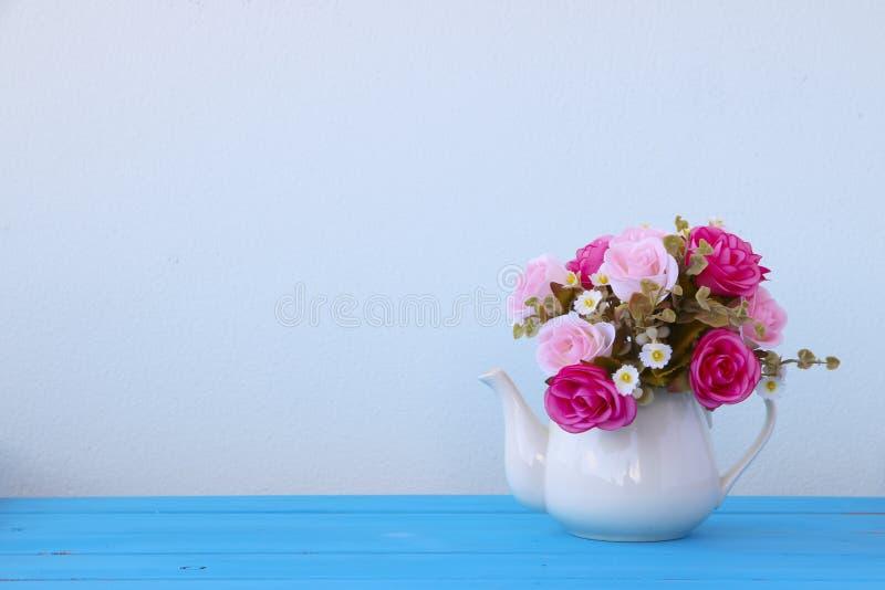 Фото запаса: Красочные декоративные искусственные цветки стоковое фото