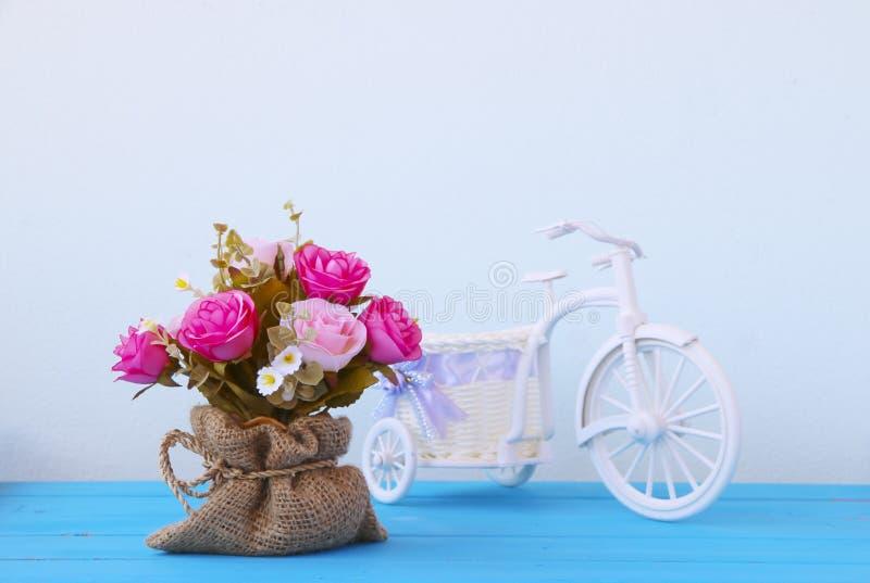 Фото запаса: Красочные декоративные искусственные цветки стоковое фото rf