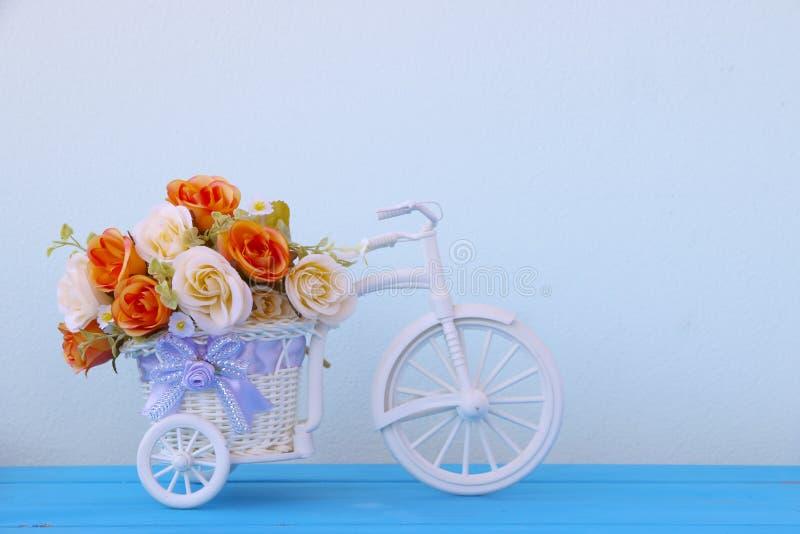Фото запаса: Поддельный пластичный цветок в вазе на велосипеде стоковые изображения rf