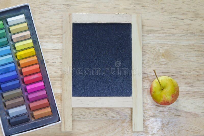 Фото запаса: строка радуги покрасила мел с классн классным стоковое изображение