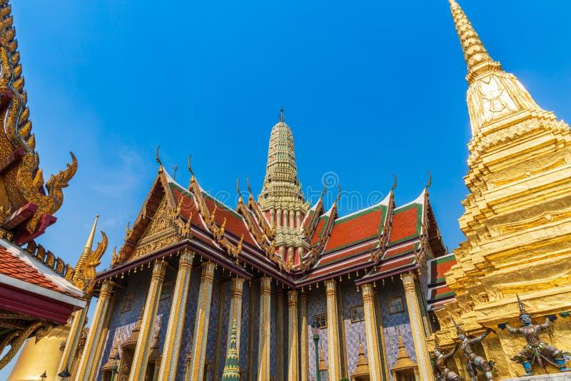 Фото золотой пагоды и висок Wat Phra Keaw, изумрудного Будды, Бангкока стоковое изображение