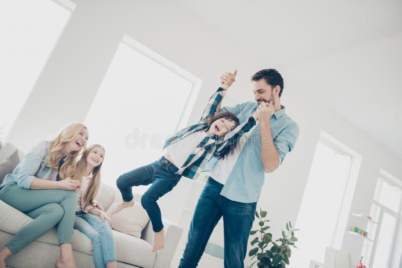 Фото 4 игры игры настроения круга семьи членов двигая квартир шаловливой уютных внутри помещения стоковые изображения