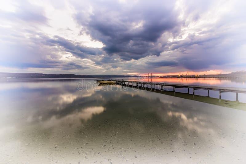 Фото искусства деревянной пристани на озере стоковые фотографии rf