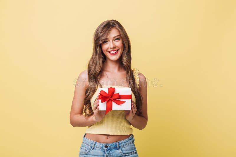 Фото кавказской довольной женщины 20s имея длинное коричневое smil волос стоковое фото