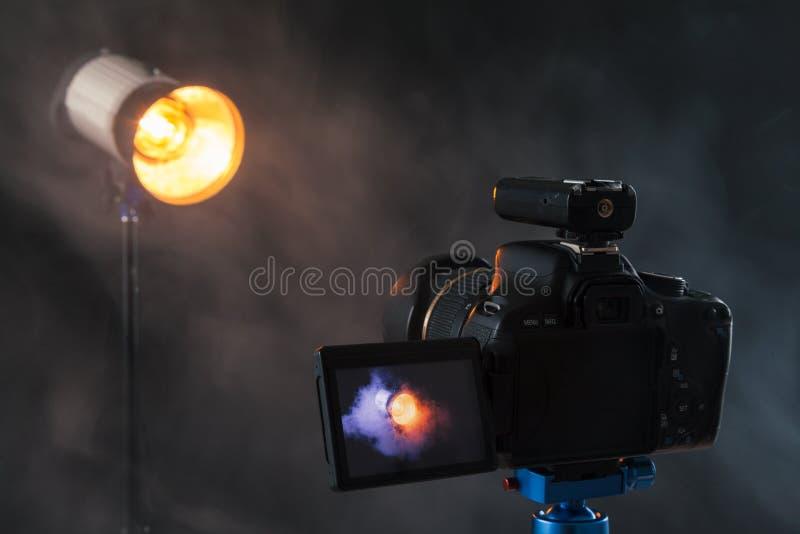 Фото камеры на голубой треноге той фотографирует в stu стоковые фотографии rf