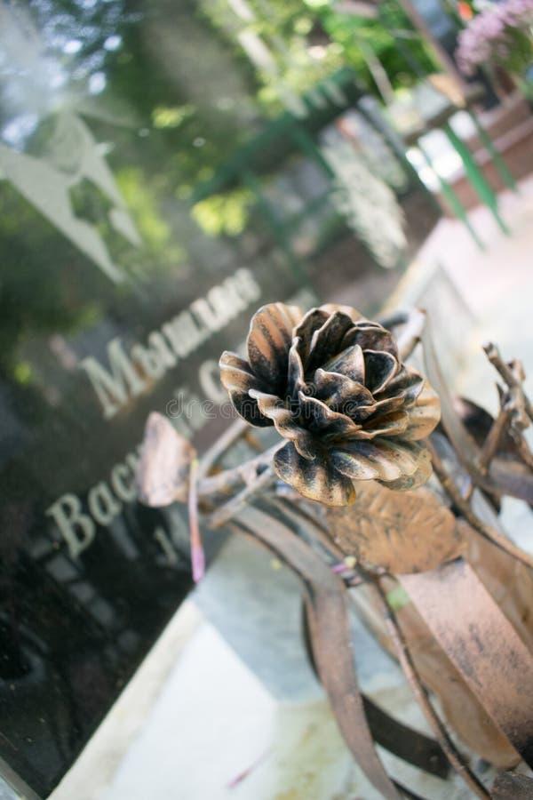 Фото кладбища на яркий солнечный день стоковое фото rf